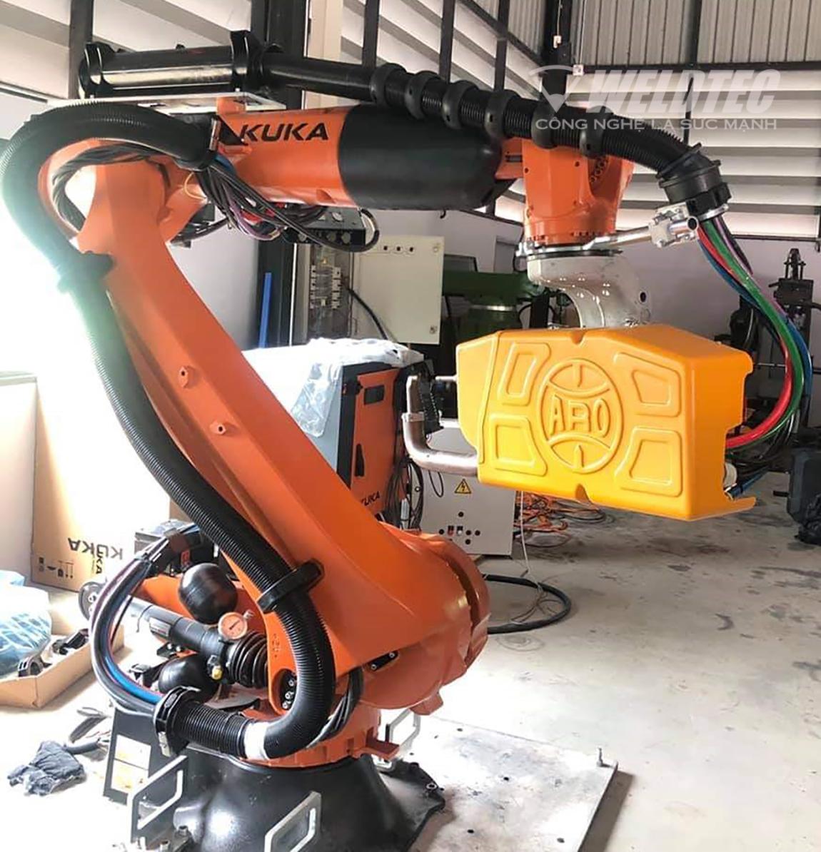 Robot hàn điểm trong sản xuất